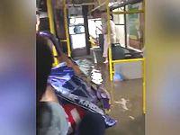 街が洪水になっても運行を続けるロシアのバスが強すぎるwww