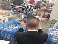 【中国】女性にプロポーズするもひたすら無視される男が気の毒すぎる...