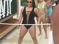 水着でリンボーダンスする女性を襲った恥ずかしすぎるハプニングwww