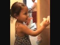 トイレットペーパーを渡す幼児にイタズラを仕掛けてみた