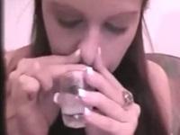 出されたばかりの新鮮な精液を鼻から吸うザーメンマニアなお姉さん
