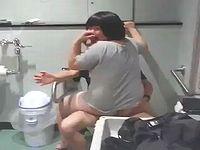 多目的トイレでセックスしてたカップルさんがDQNに突撃されるwww