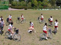 女子校生が自転車軍団に囲まれてる面白画像の元ネタAVがコチラwww