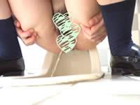 なぜ後ろ向きに...?「盗流悶」で放尿中のおま●こを見せつける女子校生を盗撮