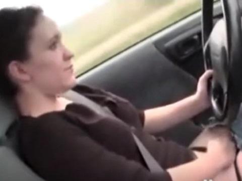ドライブ中にオナニーを楽しむお姉さん