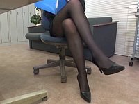 先輩OLの美脚にみとれていたら......マッサージからの足コキご褒美が貰えた!