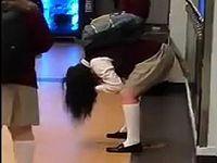 飲み物に下剤を混入するイタズラによって学校中で女子生徒たちが下痢便を漏らしまくる脱糞祭り!