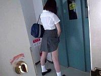 玄関開けたら露出オナニーする変態女子校生に遭遇したwww