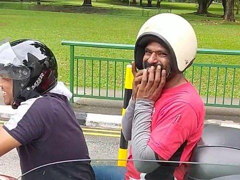 ヘルメットの被り方を間違えて恥ずかしがるおじさん