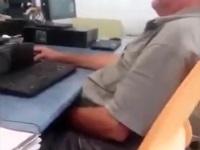 ネットカフェで自慰行為をしているオジサンを注意する女性