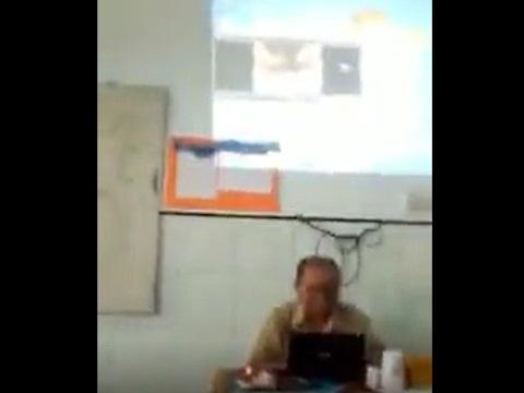 生徒たちに教材を見せるつもりがエロ動画を見せてしまった男性教師