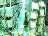 フォークリフトの接触事故で倉庫内の棚がドミノ倒しになっていく映像が悲惨すぎる...