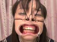 椎名りくに鼻フックと開口器を装着して大量顔射するブッカケ動画がエグすぎる!!