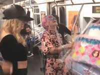 地下鉄の電車内でド派手な誕生日パーティーをする女性グループが迷惑すぎる!!