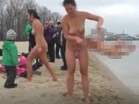 真冬に裸になって赤ちゃんと川に入るお母さん