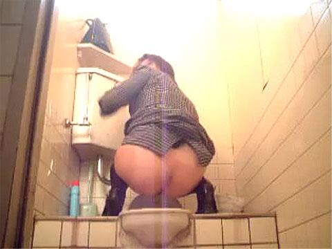 和式女子トイレ使用中にドア開けちゃった!