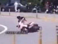 【閲覧注意】お姉さんがスクーターで大転倒!地面にヘッドスライディングした結果...