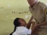 予防接種から逃げる少女を捕まえようとした男性職員に痛恨の一撃がwww