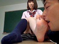 女子校生のローファーで蒸れた臭~い足を心ゆくまで舐めまくる!!
