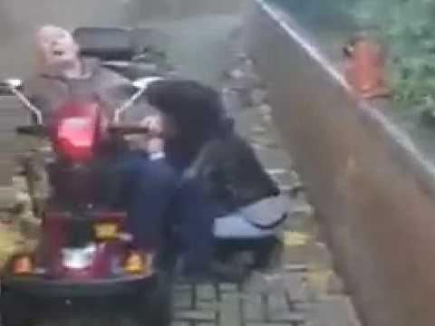 売春婦に野外フェラチオさせてる現場を目撃された電動車椅子の爺さんが気の毒すぎる!