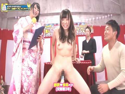 謹賀新年!お年玉ゲットのために全裸で羞恥的なゲームに挑戦するカップルたち!