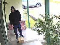 玄関の宅配便を盗むやつがいるからネコの糞トラップを仕掛けてやったwww