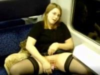 大人しそうに見えて大胆なメガネお姉さんが列車内で露出オナニー