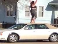 泥酔!?ドラッグ!?他人の車にのぼってジャンプするお姉さんがクレイジーwww