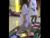 ダンスゲーム中の女の子に起きた恥ずかしいハプニング