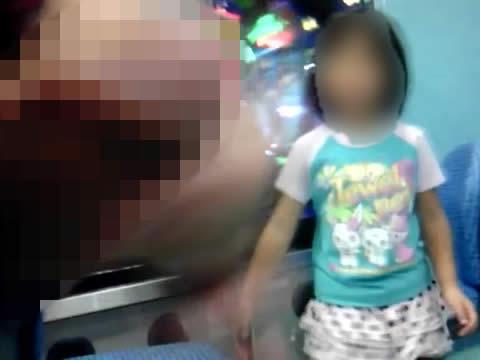 おもちゃコーナーにいる幼女にチ○ポを見せつける露出男