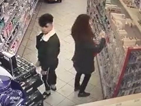 スーパーマーケットで女性客の後ろで自慰行為をしている変態男を発見!
