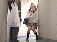 自宅前の共有廊下で野ションするJKを発見!お仕置きの中出しレイプを実行する