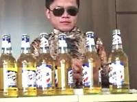 意外な方法で6本の瓶ビールの一気飲みにチャレンジする男性