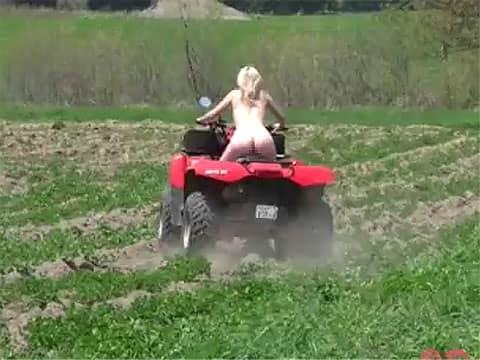 全裸で豪快にバギーを乗り回す女