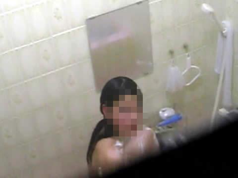 【民家盗撮バレ】お風呂でシャワーを浴びてる美女に覗きがバレるハプニング