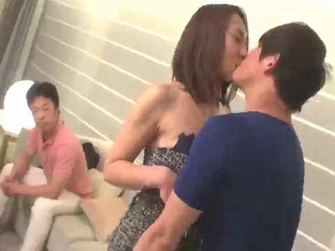 【NTR】素人夫婦の人妻熟女が旦那付き添いでAVデビュー!寝取られ撮影がガチで辛そう…。