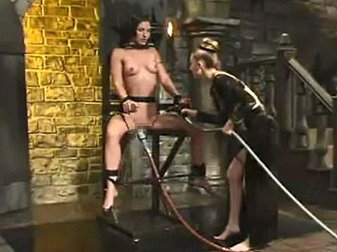 【水責め拷問】ペニスバンドを装着した女王様に水中で突かれるM女