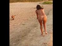 犬にビキニを盗まれ日焼け美女のマン毛やお尻が丸出しに!