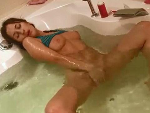 【無修正】ジャグジー風呂でマスターベーションで魅せる18才のロシア美少女