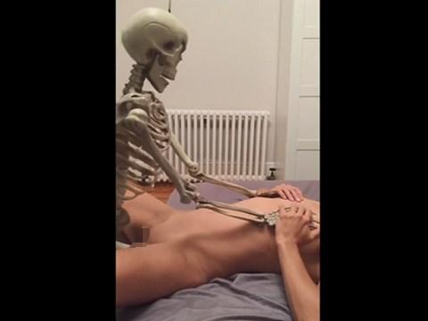 【無修正】全裸のパンスト女が骨人形とのセックスで腰を振る