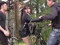 自転車盗難を阻止しようとして強制アクメ&中出しレ●プされるミニスカOL