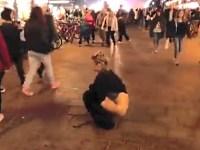 街中でお尻丸出し!金髪美女が野外でオシッコをする羞恥放尿プレイ