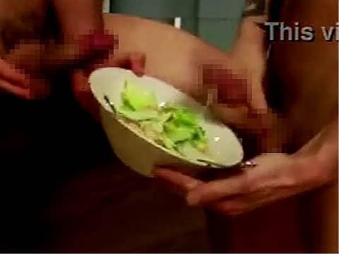 サラダにマン汁ドレッシングをかけて食べてみた