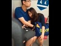 【マン臭バカップル】電車内で彼女のマンコを手マンする彼氏
