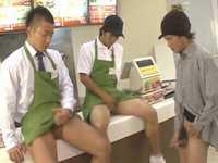 【ゲイ】男性店員がザーメンブッカケしてくれる!射精しまくりのホモ向けハンバーガー屋が精子くせぇ!!