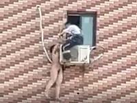【閲覧注意】マンション5階にあるエアコンの室外機にぶら下がっている全裸の女性を発見!