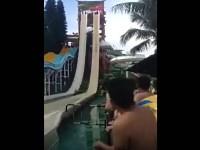 【おっぱいポロリ】ウォータースライダーで水着女子のハプニングを期待する男たち