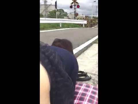 日本の変態カップルさん、電車が通過する踏切前で青姦露出セックスをしてしまうwww