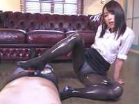【脚フェチ】黒ストッキングお姉さんがオイルまみれのテカテカ美脚で足コキプレイ!