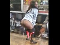 【野外放尿】店内でお尻を丸出しにしてオシッコを排泄するクレイジーな黒人露出女